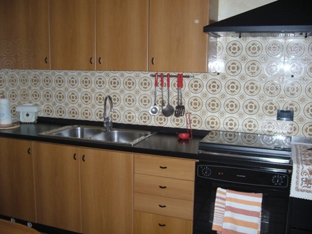 cucina, con piano cottura a gas,forno elettrico, stufa a legna, frigo 120 lt.Bancone con 2 sgabelli.